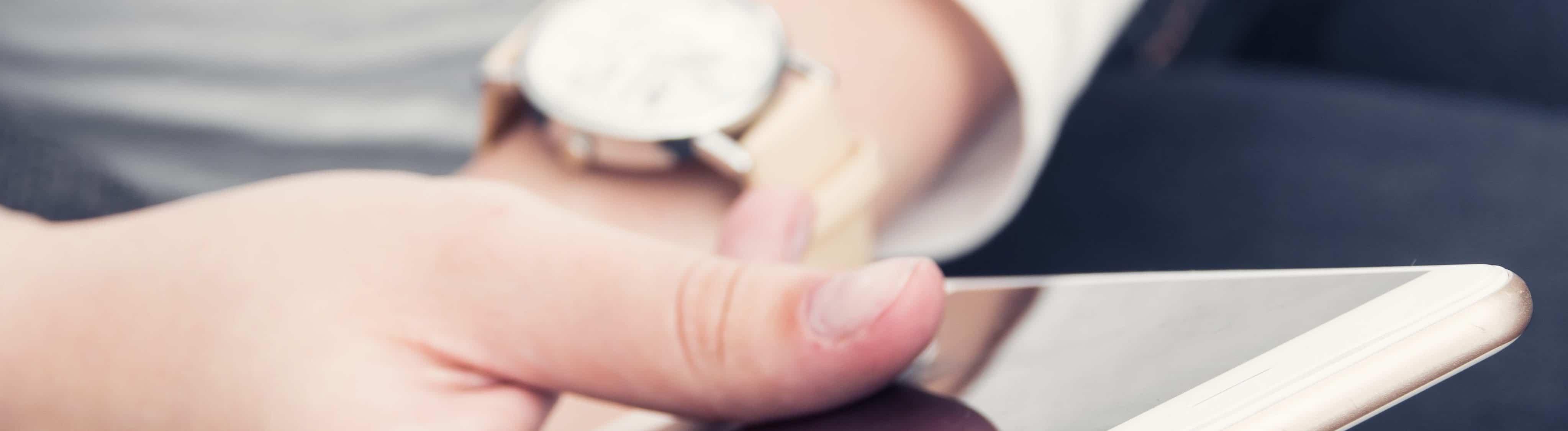 Zakenman met telefoon en horloge