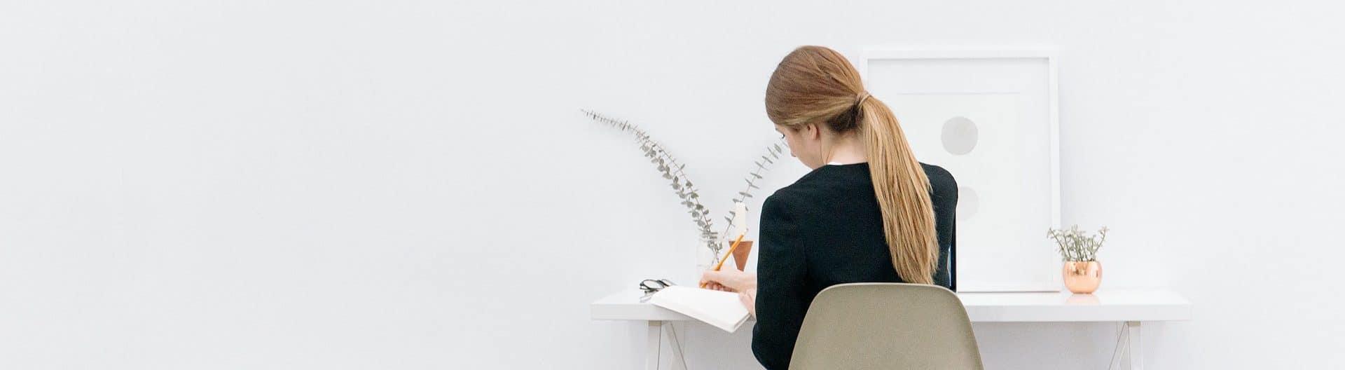 Freelancer aan het werk achter bureau