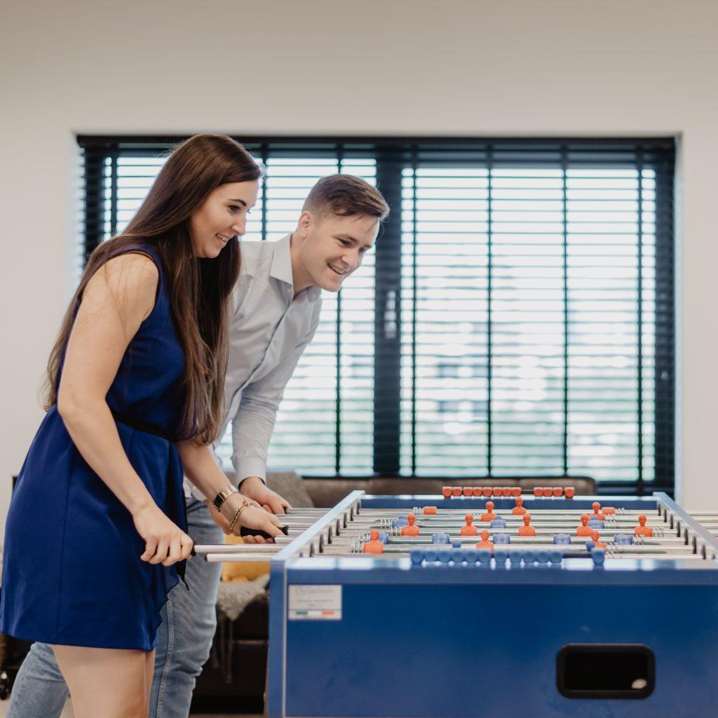 2 medewerkers van het freelancefactoring team spelen een spelletje