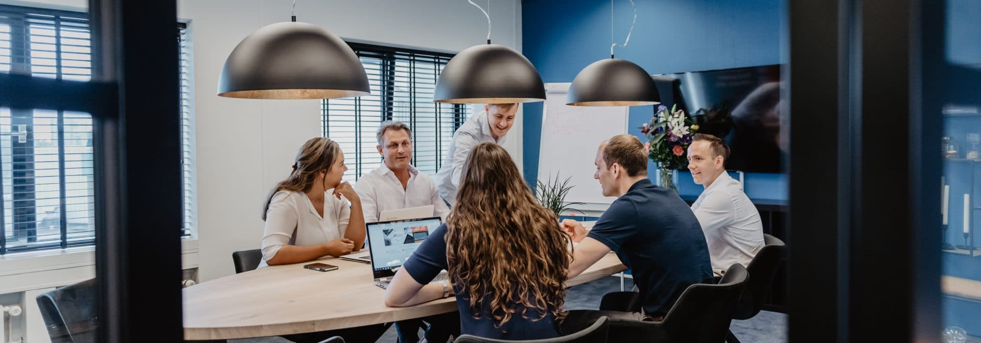 Het freelancefactoring team in het kantoor samen