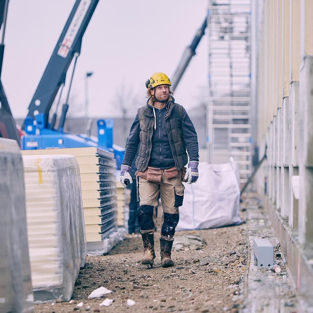 Man in de bouw aan het werk
