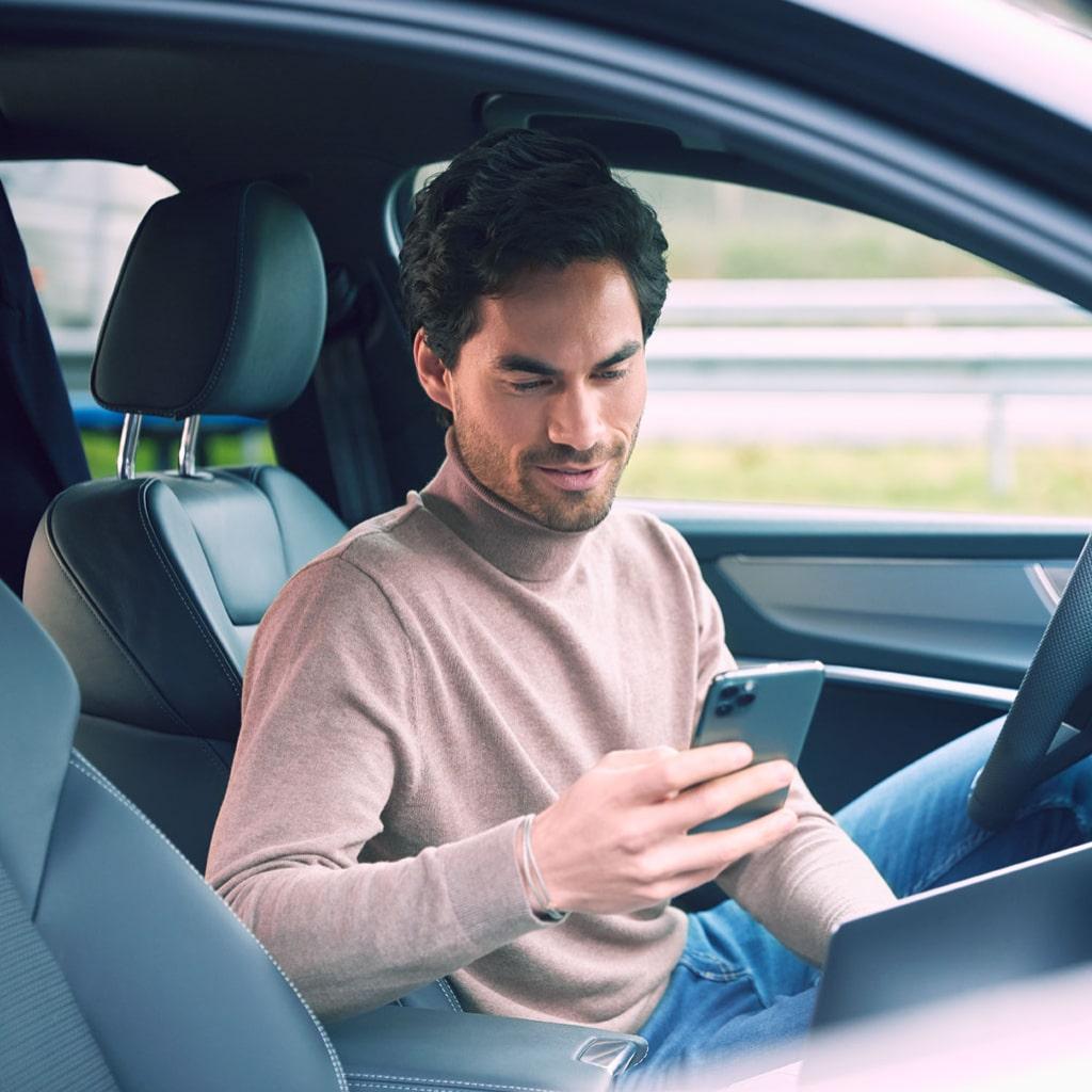 Zakelijke ZZP'er in de auto aan het werk facturen indienen voor factoring
